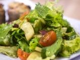 Зелена салата с маслини и чери домати