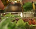 Зелена салата с маслини и чери домати 3
