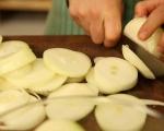 Картофи с лук и домати на фурна