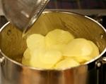 Картофи с лук и домати на фурна 4