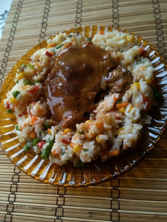 Котлет на грил с грейви сос, върху канапе от ориз със зеленчуци