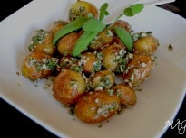 Пресни картофки с мента и ядки