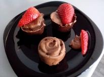 Шоколадови кошнички с ягоди