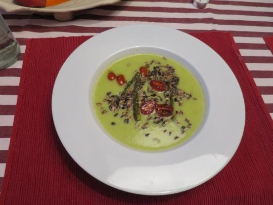 Крем супа от зелени аспержи с карамелизирани чери доматчета