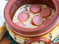 Кренвирши със сирене в гювече