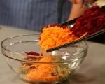 Салата от цвекло с моркови и сирене 3