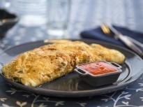 Омлет от белтъци с пилешко и червен сос