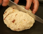 Соден хляб с лук и сушени домати 6