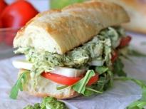 Сандвич с пиле и песто