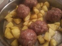 Кюфтета върху картофи на фурна