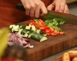 Зеленчуци с кренвирши на тиган 2