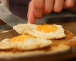 Пържени яйца с млечен сос 5