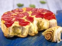 Обърнат хляб с домати и босилек
