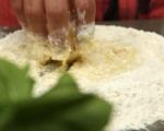 Обърнат хляб с домати и босилек 3