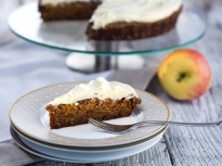 Глазиран ябълково-морковен кейк