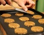 Бисквити с орехи и стафиди 5