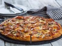 Пица с кренвирши, лук и гъби