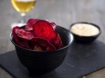 Чипс от червено цвекло с таханов сос