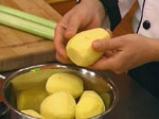 Пълнени картофи със зеленчуци в сос от сирене