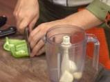Пилешки нъгетс със зелена доматена салса
