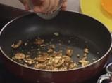 Лозови сарми с извара и орехови ядки