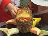 Плодова салата в кошница от ананас 3
