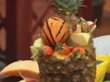 Плодова салата в кошница от ананас 4