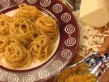Спагети с песто от червени домати