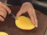 Пикантна салата от краставици с манго и сирене