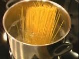 Спагетини с печени домати, орехи и извара