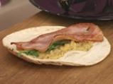 Бакла Санторини върху арабска питка с рукула и бекон 6