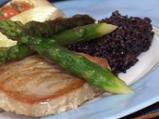 Червена риба тон с черен ориз и домати