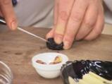 Беконови рулца със сини сливи, лешници и сирене \