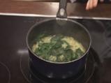 Спаначена крем супа със забулени яйца и орехи