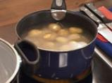 Поширана сьомга в зехтин със сос от краставици и спанак
