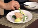 Поширана сьомга в зехтин със сос от краставици и спанак 10