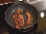 Пилешко роле с горски гъби, бекон и сос \