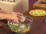 Салата от царевица и броколи в чашка от краставица 7
