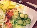 Зеленчукова салата с фенел и пушена риба