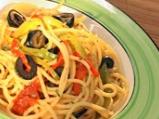 Спагети с чушки, сушени домати и маслини