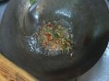 Пикантни скариди с хрупкав босилек 4