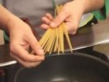 Спагети с пилешко, спанак и сирене