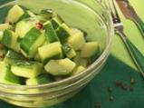 Пикантна салата с краставици и захар