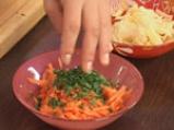 Салата от червено цвекло, моркови и ябълки с медено-горчичен дресинг