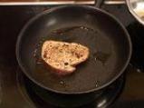 Стек от червена риба тон в билкова коричка, поднесен с ризото и маслинова брускета 6