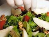 Салата с френско сирене, орехи, хрупкава маруля и малинов винегрет 3