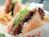 """Клуб-сандвич с бекон, """"Чедър"""" и домаш..."""