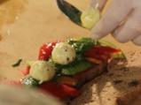 Сандвичи с мариновани зеленчуци, топчици от сирене и песто 2
