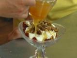 Кисело мляко с малини, орехи и мед