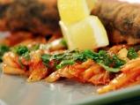 Резене на тиган с доматен сос и чесън